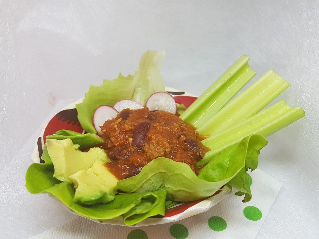 Čili sa govedinom u tanjiru sa povrćem