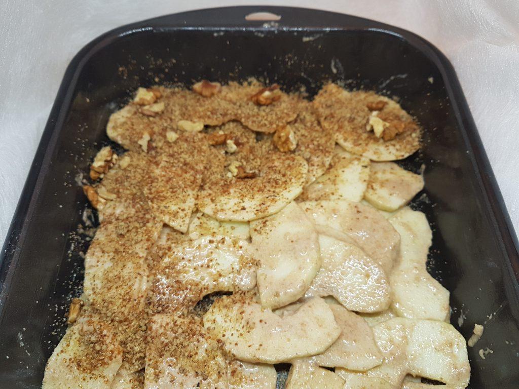 Spremni sastojci za kolač u tepsiji za pečenje