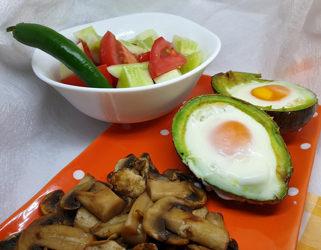 Avokado sa jajima pečurkama i salatom