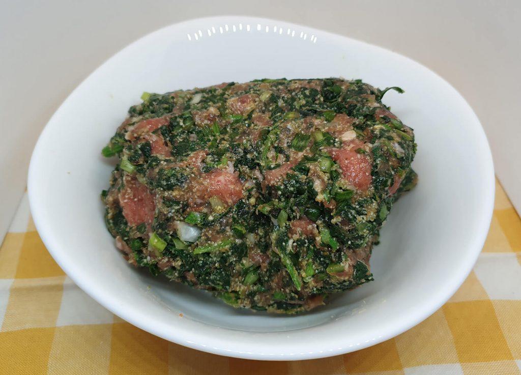 Izmešano mleveno meso sa iseckanim povrćem u tanjiru