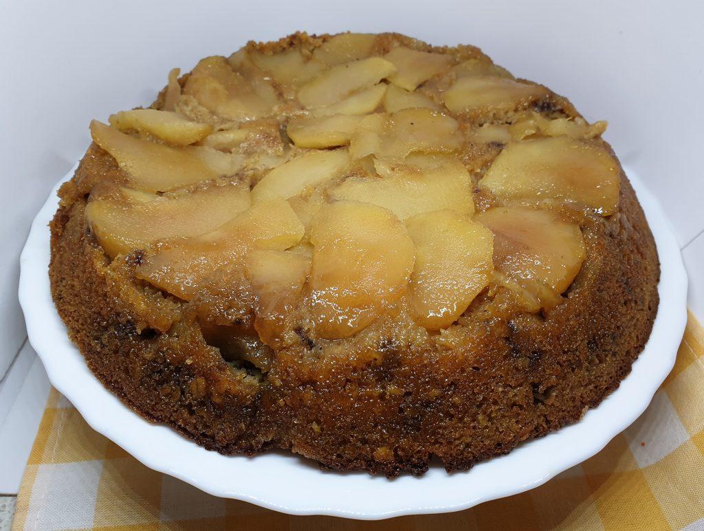 Prevrnuti kolač s jabukama i šargarepom na tanjiru